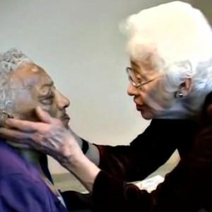 Woman helps dementia paitent