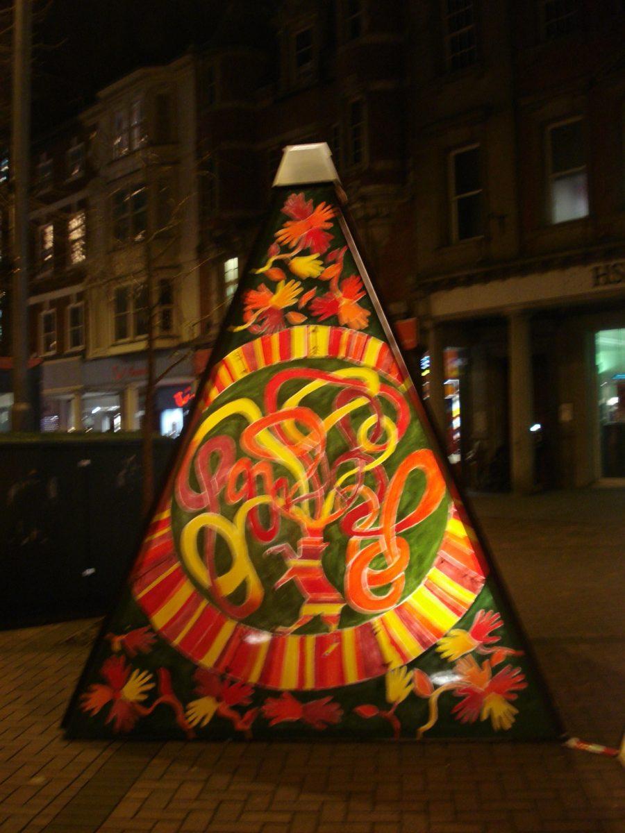 Giant static pyramid lantern
